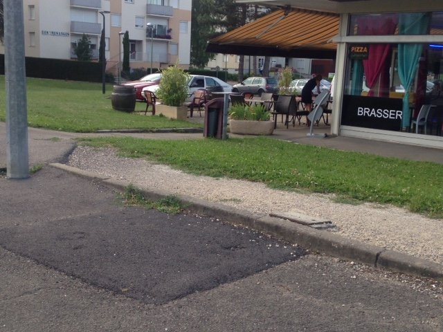 La cabine téléphonique face au FCJ rue de Dijon, n'est plus, tomber à l'eau.