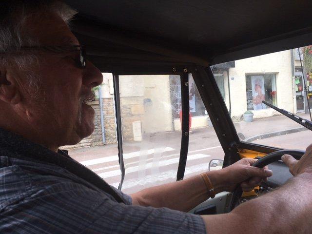 M. Pensier au volant de sa vie avec les voitures de sa jeunesse.