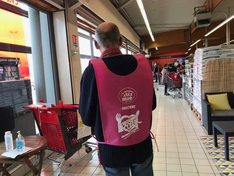 Un bénévole des restos au Carrefour Market de Chevigny