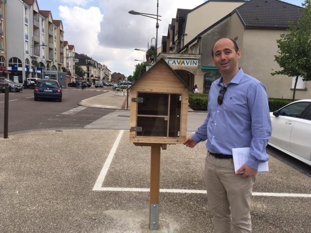 Boîte à livre au centre-ville + le maire, Guillaume Ruet