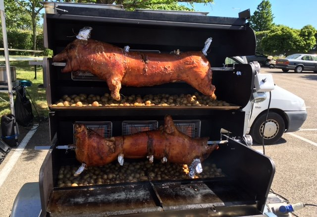 Le cochon à la broche sera cuit sur place