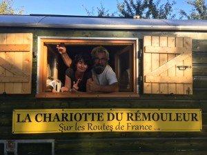 Une Chevignoise qui visite la roulotte