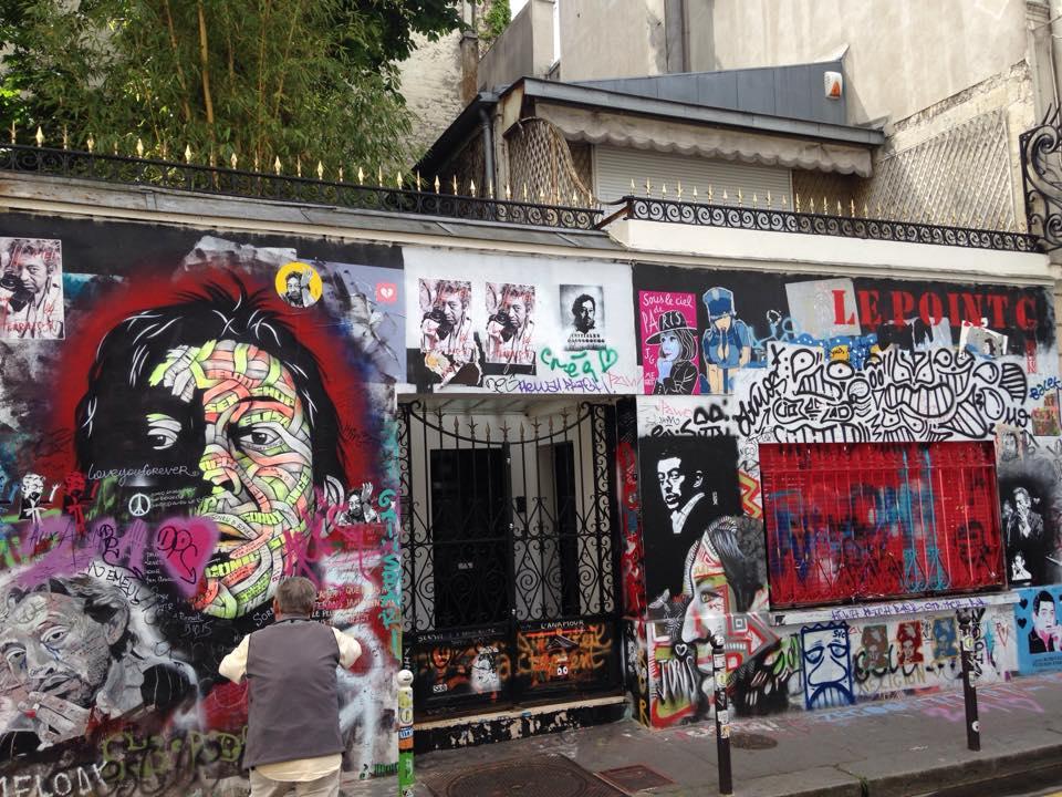 Maison de Serge Gainsbourg au 5bis de la rue de Verneuil à Saint-Germain-des-prés Un mur de création