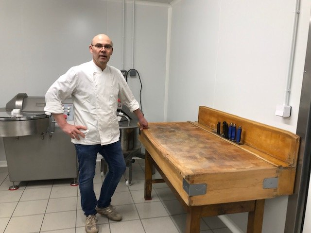 Le charcutier dans son labo de Chevigny