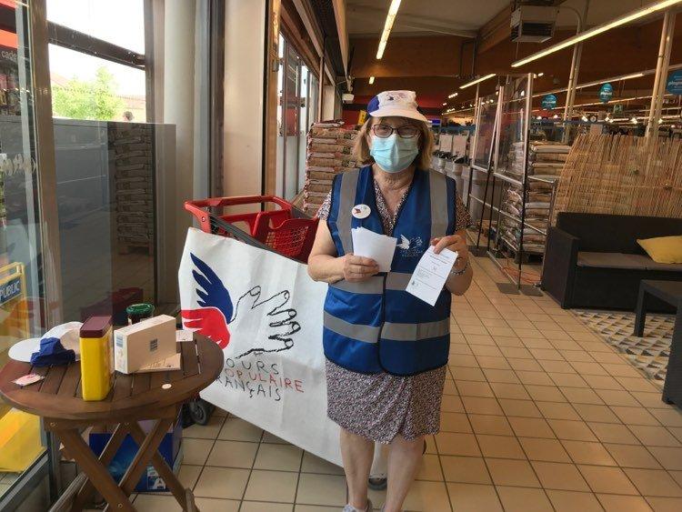 Geneviève, bénévole du Secours Populaire sur le pont de la solidarité.