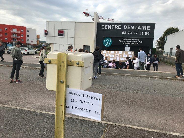 """Rassemblement de soutien """"aux victimes"""" devant le centre Proxidentaire de Chevigny."""